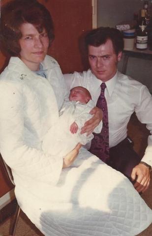 Mijn ouders en ik, vlak na mijn geboorte