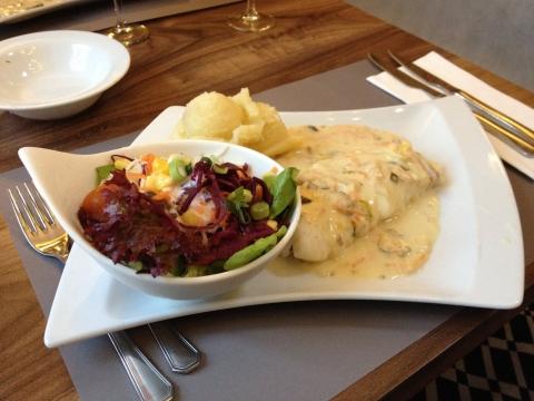 Kabeljauwfilet met fijne groentjes en aardappelpuree.