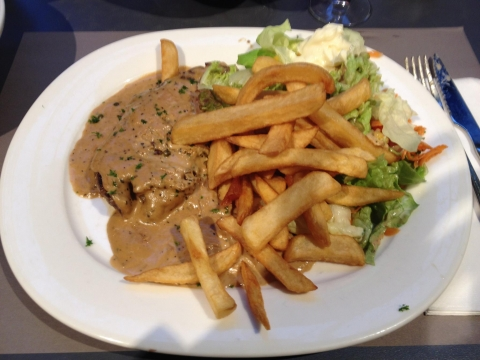 Steak met peperroomsaus en frieten