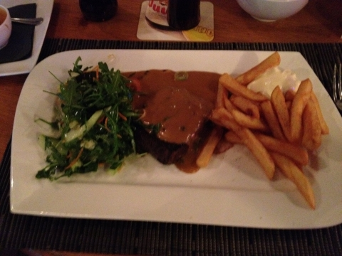 Frieten en steak met peperroomsaus