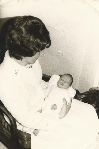 Mijn ma en ik, vlak na mijn geboorte