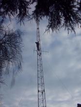 Michel Vansteenwegen in de mast van Radio TEN met het uitvoeren van herstellingen (februari 2005)