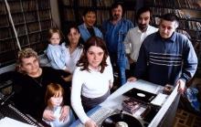 Foto (woensdag 25 april 2001) medewerkers in de live-studio.